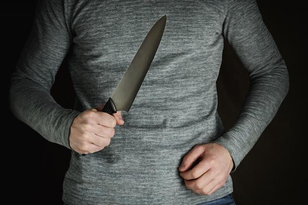 Criminoso com grande faca afiada