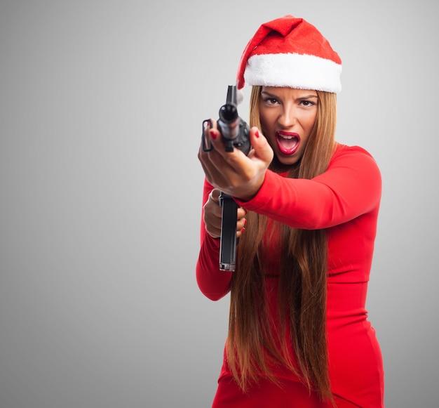 Criminoso furioso segurando uma arma