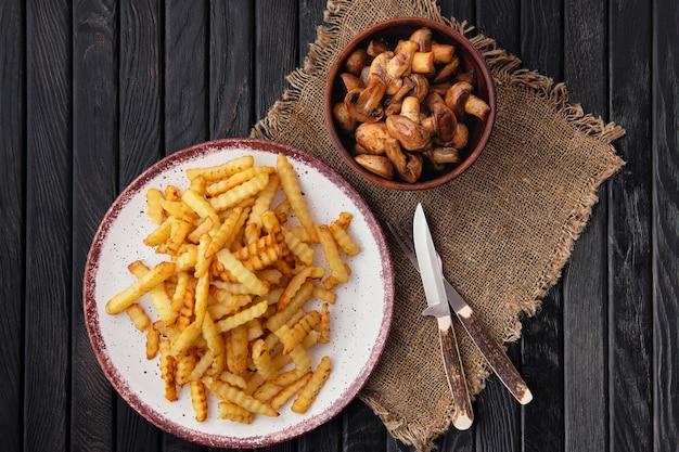 Crinkle frito corta batatas fritas e cogumelos assados