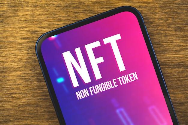 Criptoarte e tecnologia, close-up do logotipo do token não fungível nft na tela, conceito de blockchain e criptomoeda, fundo de madeira e foto da vista superior