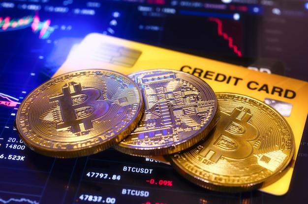 Criptomoeda bitcoin de moeda de ouro com cartão de crédito, operações de pagamento