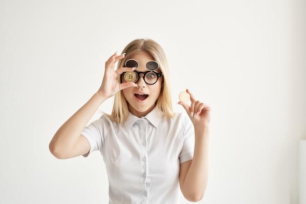 Criptomoeda bitcoin de óculos de sol executiva em tecnologias de mãos