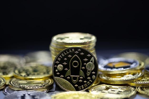 Criptomoeda bitcoin estelar a moeda do futuro, novo dinheiro virtual. a taxa de crescimento da moeda de ouro é a moeda importante para pagar tudo no futuro mundial global.