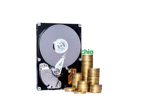 Criptomoeda chia e servidor de disco rígido para minerar novo conceito de dinheiro virtual de criptomoeda chiacoin isolado no branco isolado