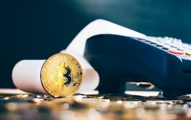 Criptomoeda dourada do bitcoin na máquina de cartão de crédito.