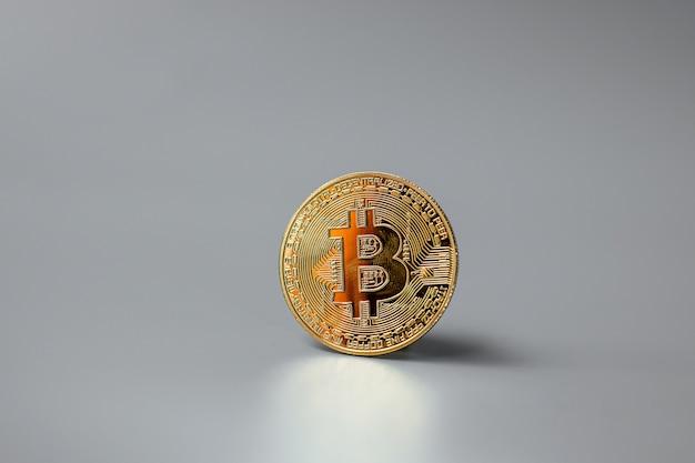Criptomoeda golden bitcoin e pilha de moedas, crypto é dinheiro digital dentro da rede blockchain, é trocado usando tecnologia e troca de internet online. conceito financeiro