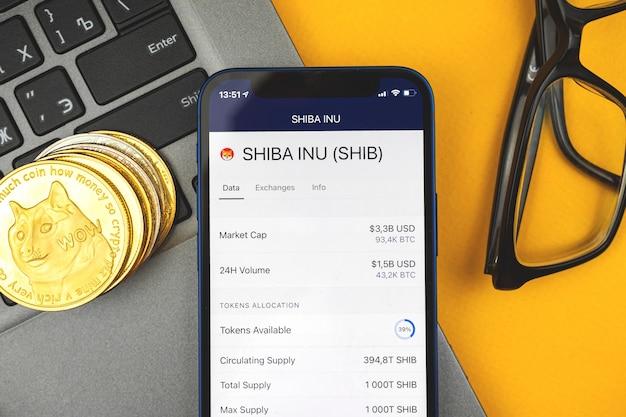 Criptomoeda shiba inu na tela do telefone celular, moeda de ouro dogecoin novo dinheiro virtual, conceito de negócios e negociação, foto de vista superior