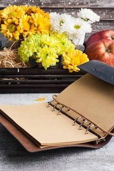 Crisântemo e caderno vazio