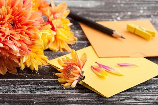 Crisântemo laranja e envelopes