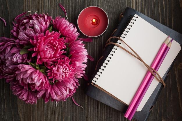 Crisântemo vermelho e caderno