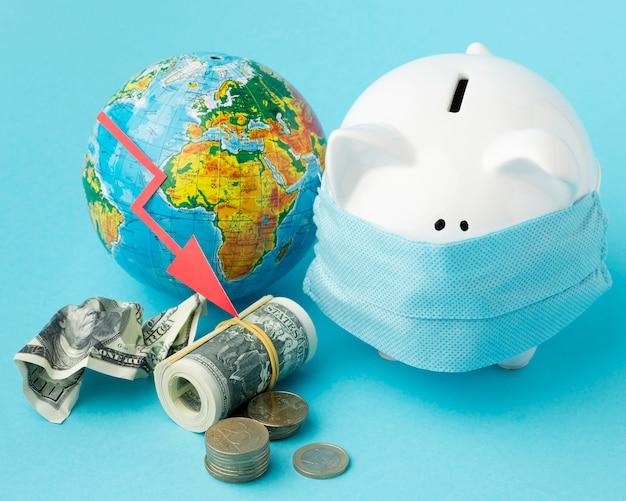 Crise econômica global e cofrinho com máscara