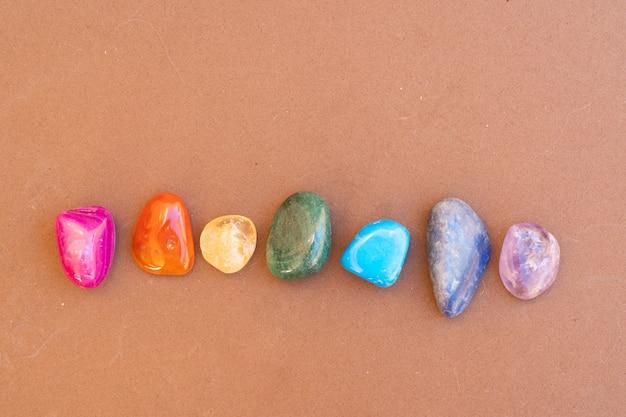 Cristais curativos com arco-íris em fundo marrom