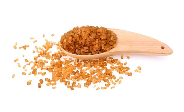Cristais de açúcar de cana, açúcar de cana de caramelo marrom isolado no fundo branco