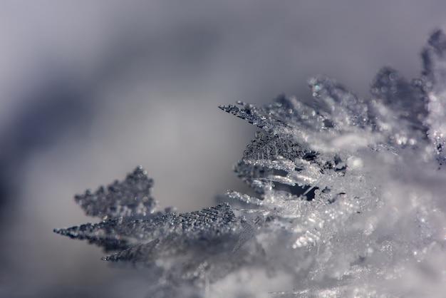 Cristais de gelo congelados em formações diferentes, fundo do inverno.