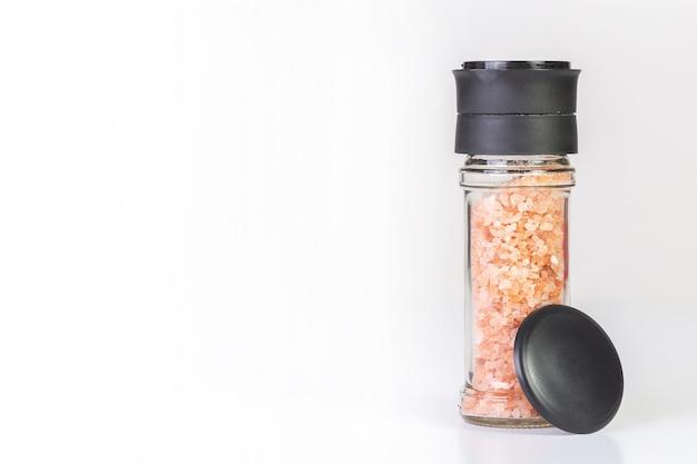 Cristais de sal do himalaia em um moedor de vidro