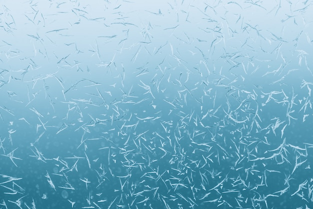 Cristais gelados no vidro da janela. luz azul do aqua da hortelã atmosférica da janela congelada. close-up padrão gelado do azure. textura transparente detalhada de água-marinha no macro com copyspace. tempo frio.