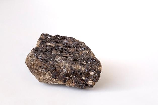 Cristais negros de mineral romã