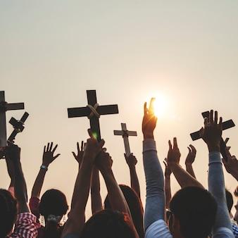 Cristãos, segurando, cruzes