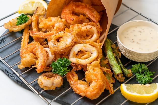 Crocante de vegetais e frutos do mar fritos
