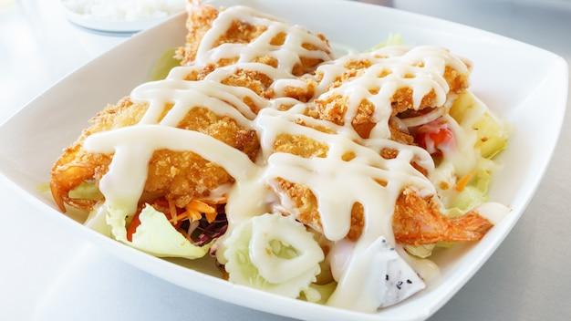 Crocante frita camarão creme salada - comida tailandesa
