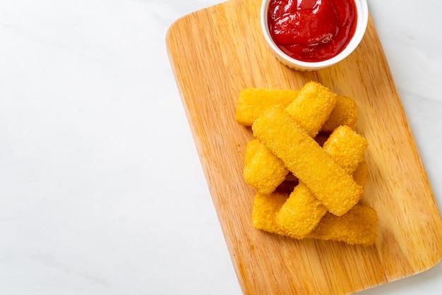 Crocantes de peixe frito com ketchup