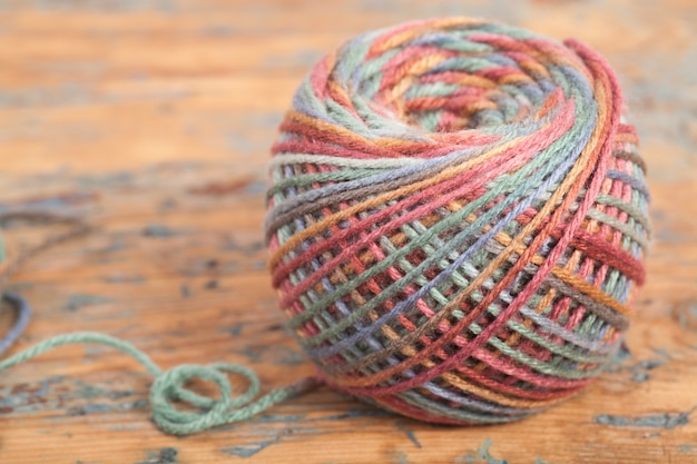 Crochê, feito à mão, bordado. novelo multicolorido de fios e um gancho