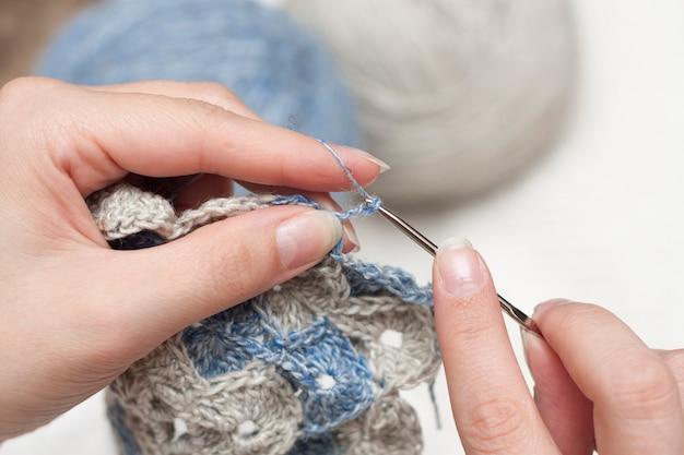 Crochê feito à mão com agulha de crochê na mão