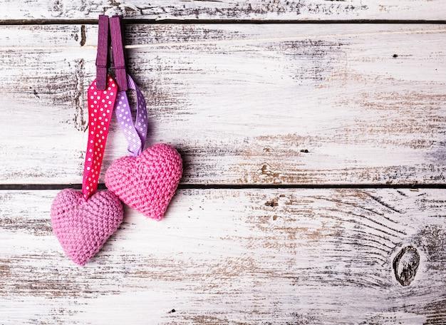 Crochê os corações dos namorados entregando a corda. cartão de dia dos namorados. conceito de amor