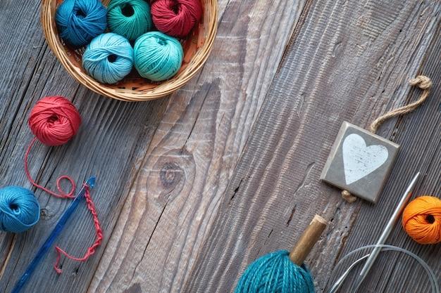 Crochê, vista superior em bolas de fio em madeira rústica