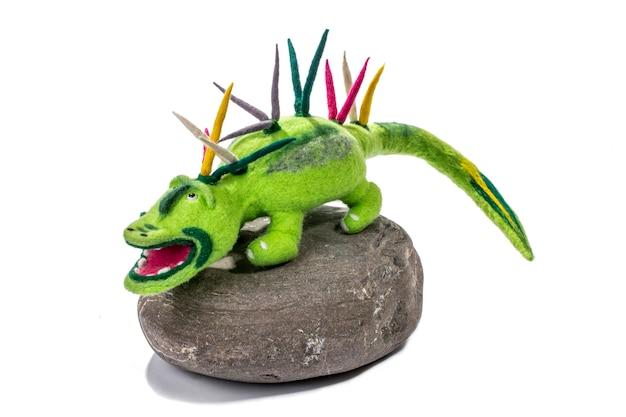 Crocodilo verde - brinquedo macio de lã feltrada em pedra