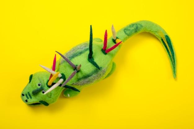 Crocodilo verde - brinquedo macio de lã feltrada
