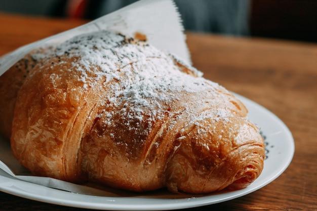Croissant com açúcar em pó. fechar-se. macro. foco seletivo