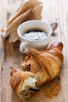 Croissant com chocolate e café