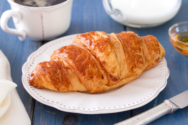 Croissant com leite e café