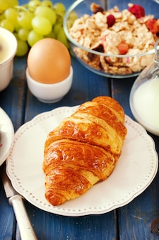 Croissant com leite, ovo