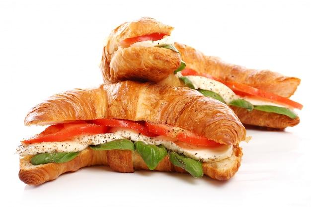 Croissant com manjericão, tomate e mussarela