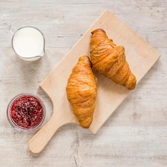 Croissant com marmelada e leite