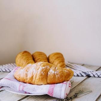 Croissant com pó de açúcar
