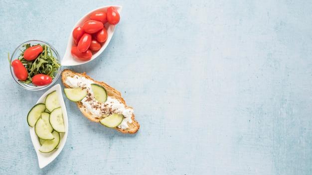 Croissant com queijo e legumes com cópia espaço