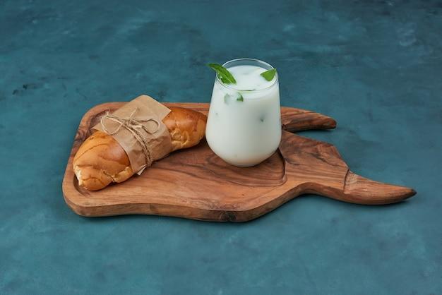 Croissant com uma xícara de iogurte.
