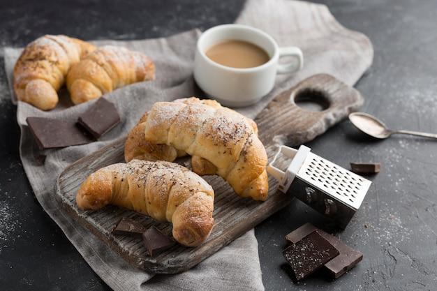 Croissant de alto ângulo com café