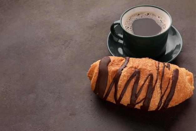 Croissant de café e chocolate close-up