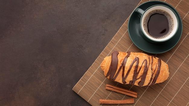 Croissant de chocolate e café saboroso