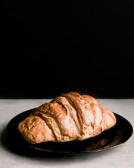 Croissant de close-up no prato