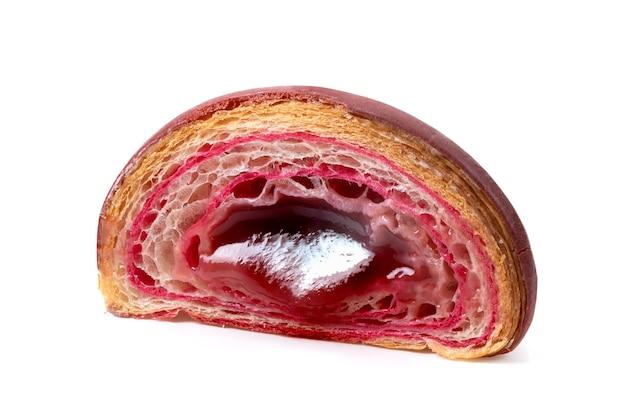 Croissant de framboesa isolado em fundo branco