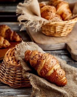 Croissant de manteiga colocado no tecido de linho