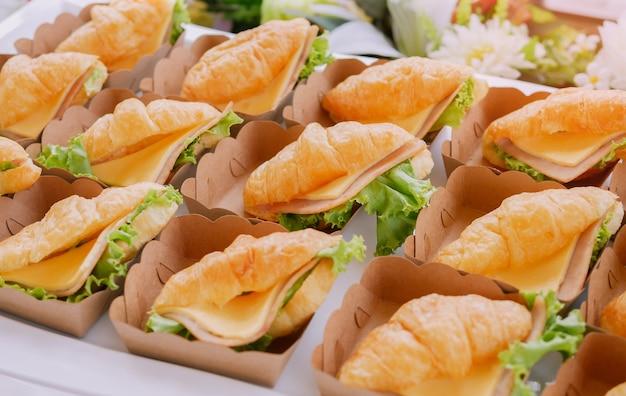 Croissant de presunto e queijo no dia do casamento