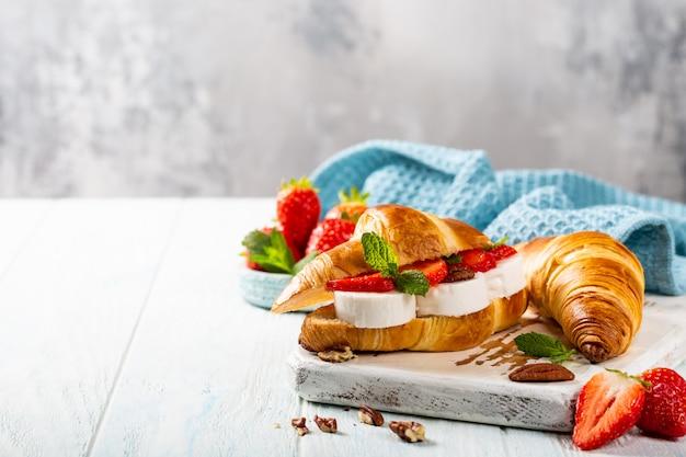 Croissant de sanduíche com queijo de cabra