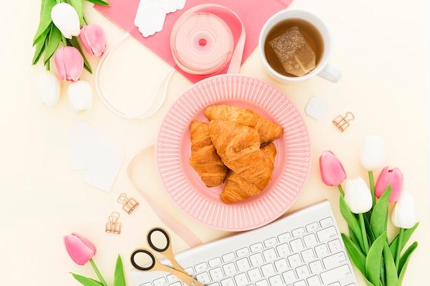 Croissant delicioso no café da manhã no escritório