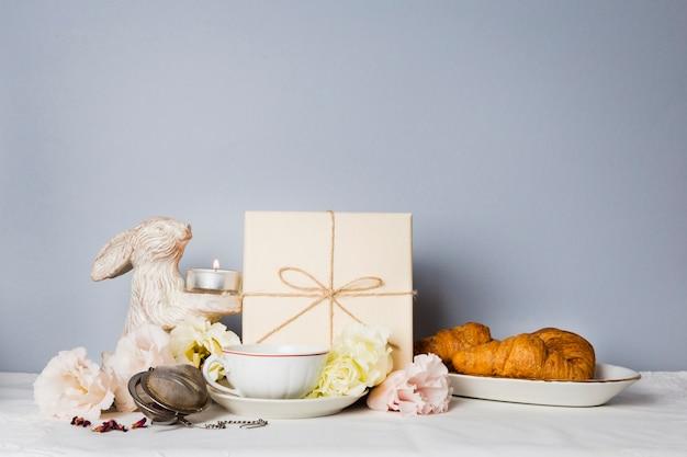Croissant e decorações copiam o espaço